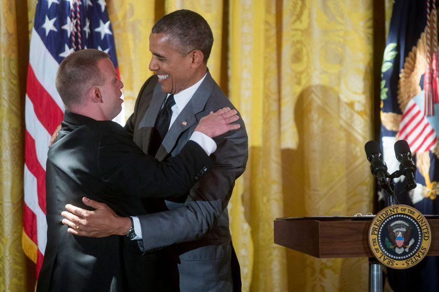 Barack Obama embrasse le restaurateur Tim Johnson.