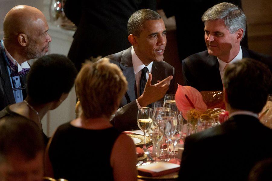 Barack Obama avec, à sa droite, l'ancien basketteur professionnel Kareem Abdul-Jabbar et, à sa gauche, Steve Case, le PDG de Revolution LLC.