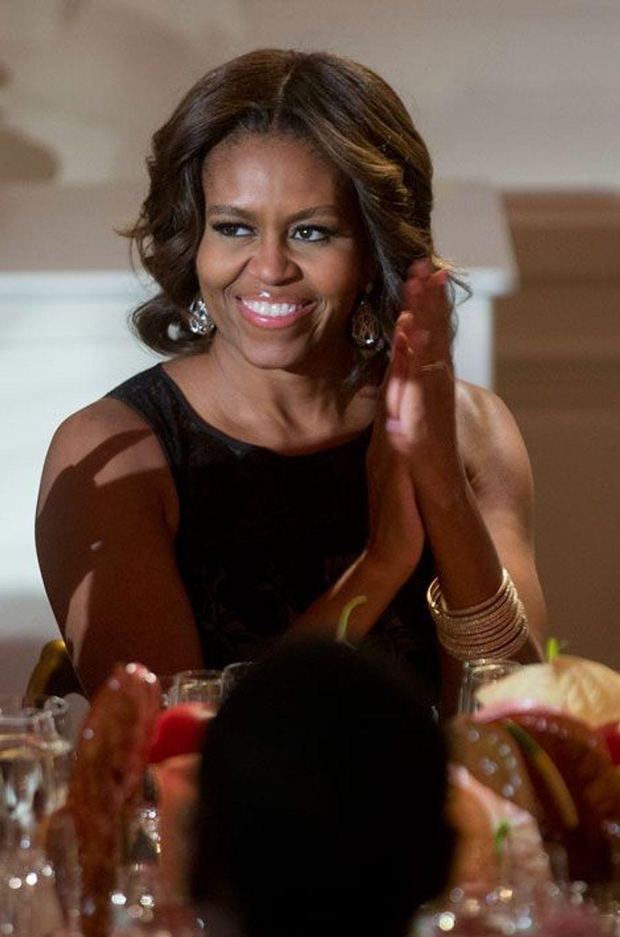 Michelle Obama applaudit son mari à la fin de son discours.