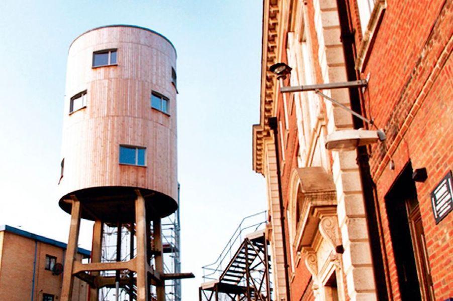 Vous cherchez un hébergement insolite à Londres ? Foncez sur le site airbnb pour réserver l'incroyable château d'eau transformé par Tom Dixon. Non loin de son QG, il a acheté en 2005 cet immense réservoir en bois, vieux de 80 ans, qu'il a converti en appartement sur trois niveaux. Douze fenêtres percées dans les parois offrent une vue à 360 degrés sur la ville. A partir de 149 euros la nuit, pour deux. Airbnb.com (« Tower House Canal »).