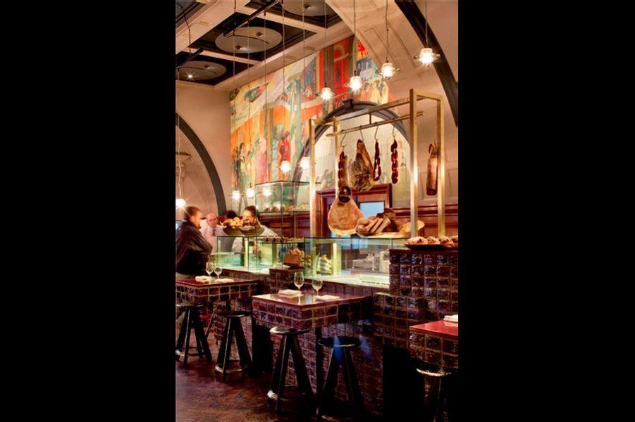 Après être entré au musée avec ses créations, Tom Dixon prend pied dans une vénérable institution : la Royal Academy. Le décor du bar-restaurant séduit par sa « touch » anti-académique. royalacademy.org.uk