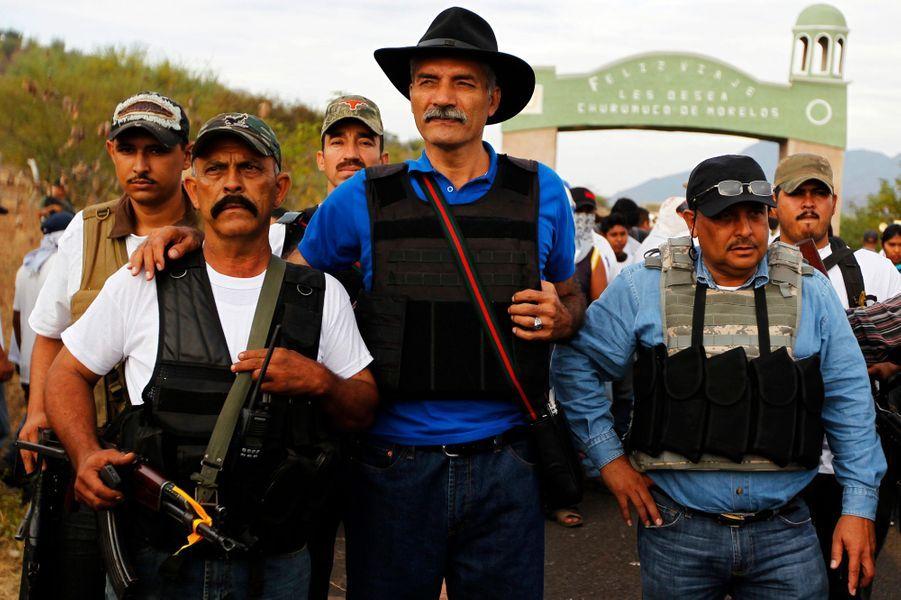 Au centre Jose Manuel Mireles, le chef de la milice de l'état de Michoacan