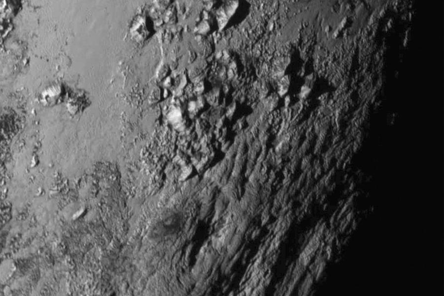 """La région montagneuse de Pluton a été baptisée """" Le Mordor"""" par les scientifiques."""