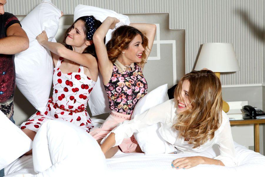 Ce sont les filles qui lancent les hostilités, déclenchant une intense bataille d'oreillers !