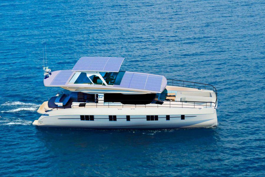 Le yacht Solarwave 62 dispose de panneaux solaire sur le toit.