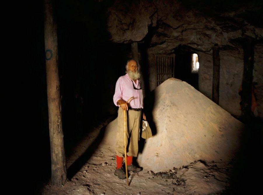 Devant le pyramidion, symbole de l'homme, dans une grotte de montagne.