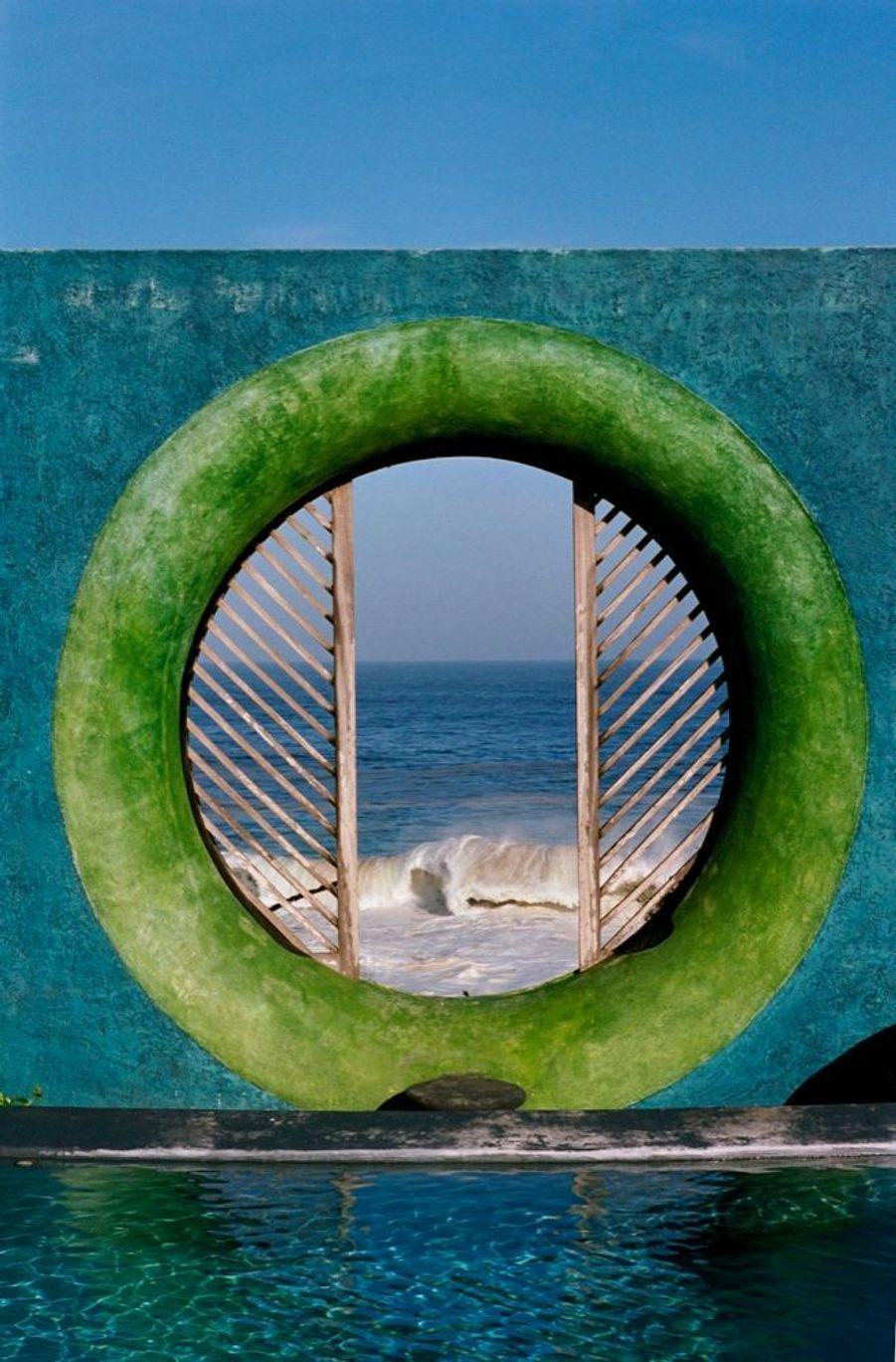 L'Œil de daim, face à l'océan, en référence aux graines marines qui portent le même nom.