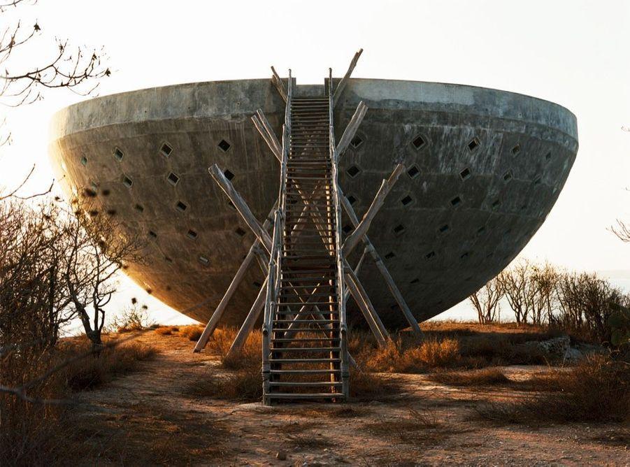 La Coupe du Soleil, 27 mètres de diamètre, en ciment et en acier, symbole de la femme.