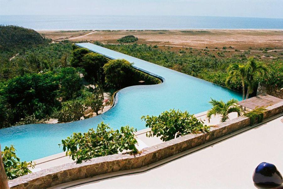 La piscine suspendue de la villa Quinto Sol, devant la plage de Teopa.