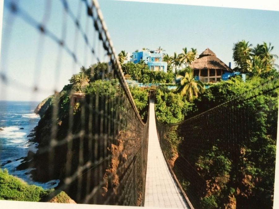 Le Pont de l'âge, suspendu entre la villa Mi Ojo et une île vierge.