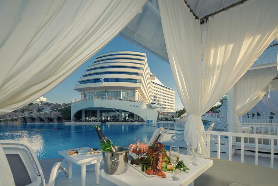 Un hôtel fascinant basé sur le Titanic s'est ouvert en Turquie.