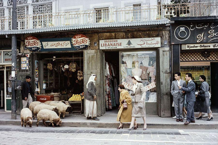 Scène de la vie quotidienne à Beyrouth en 1957, au croisement de l'Orient et de l'Occident. A l'époque la capitale du Liban était « le Paris du Moyen Orient».