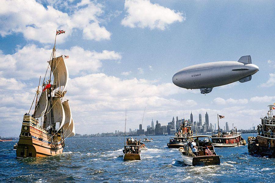 Le Mayflower II, une réplique à l'échelle du navire à bord duquel les Pilgrim Fathers débarquèrent en Amérique en 1620, fait son entrée dans le port de New York, toutes voiles dehors en 1957 après avoir réédité l'historique traversée de l'Atlantique.
