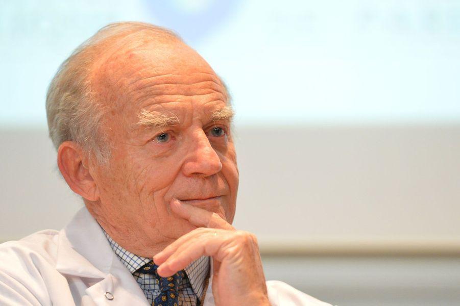 Le professeur Carpentier, membre de l'Institut et père du coeur artificiel, a été élevé à la dignité de grand officier.