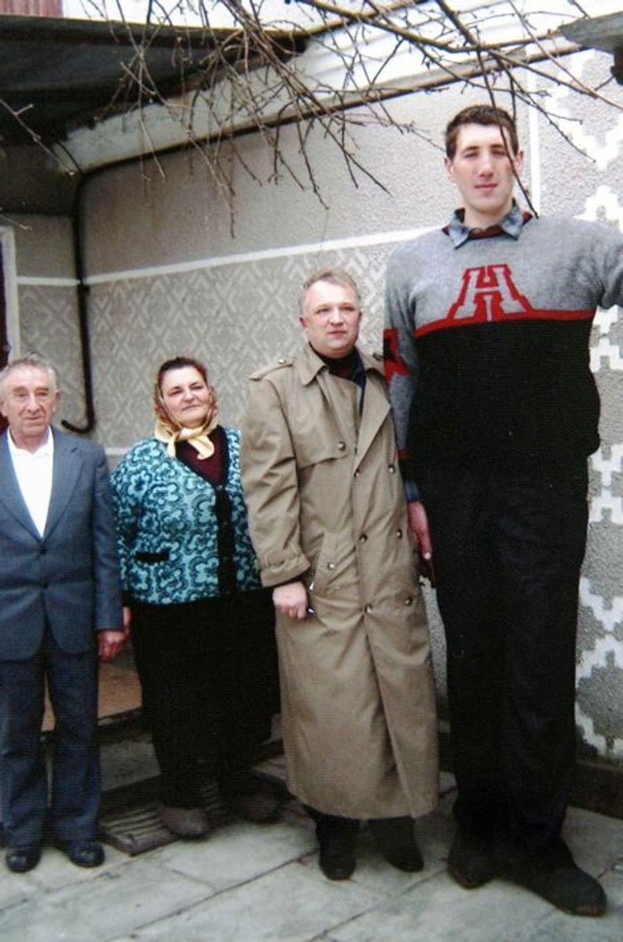 En 2002, Leonid Stadnyk à la sortie d'un restaurant avec ses proches