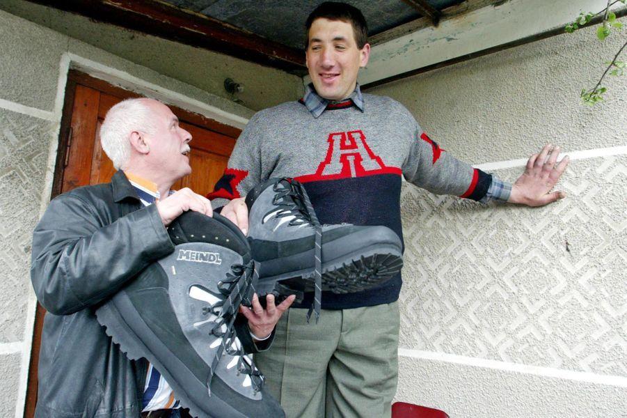 En mai 2005, le cordonnier allemand Georg Wessels lui avait confectionné des paires de chaussures orthopédiques sur mesure en taille 64