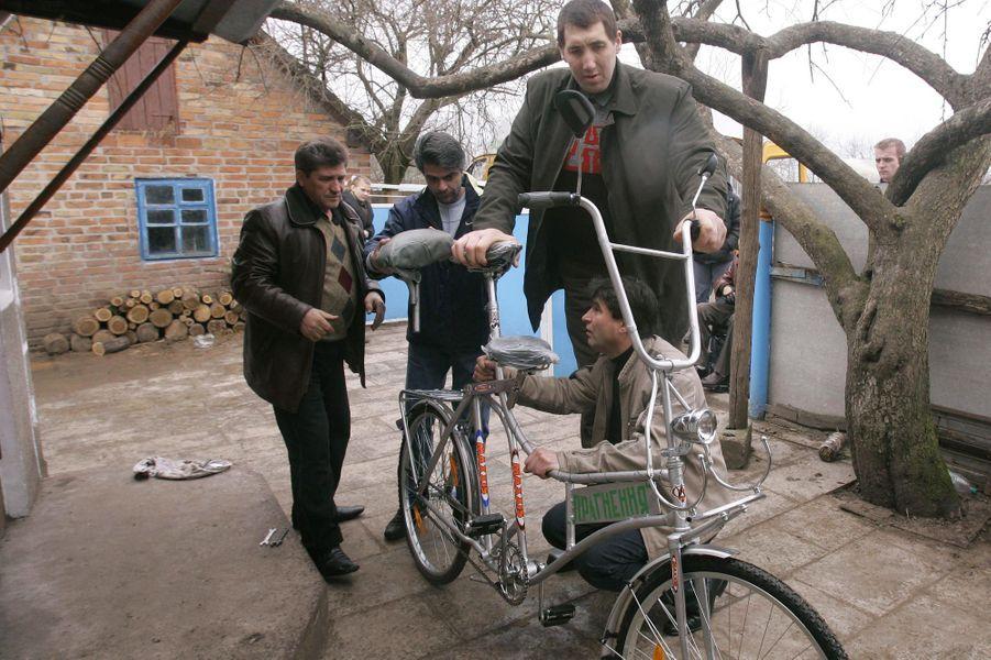 En mars 2008, des villageois lui ont construit un vélo sur mesure