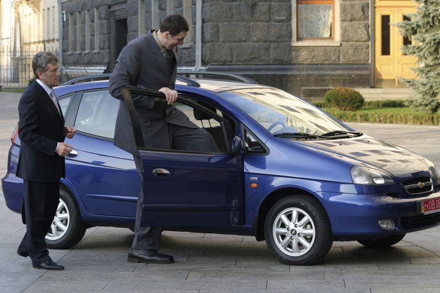 En mars 2008, le président Viktor Iouchtchenko lui offre une voiture