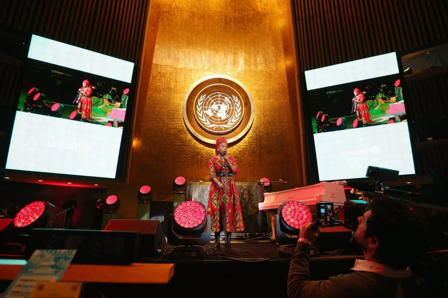 Chanteuse béninoise aux multiples récompenses (Grammy Award meilleur album World Music 2015 et 2016), elle est reconnue comme la reine de la musique africaine. Activiste humanitaire auprès de l'UNICEF en tant qu'ambassadrice de bonne volonté depuis 2002, elle crée en 2008 la Fondation Batonga, qui soutient les études secondaires des jeunes filles africaines.