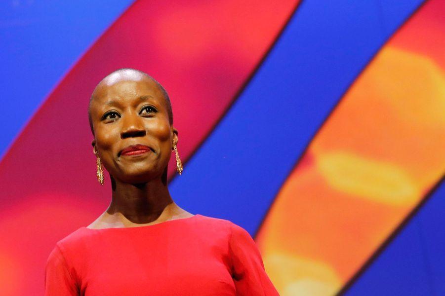 La nouvelle ambassadrice de bonne volonté du Haut commissariat de l'ONU pour les réfugiés (HCR) pour l'Afrique de l'Ouest et du Centre défend ardemment le droit à la culture et à la liberté. Son album «Beautiful Africa» (2013) racontait l'histoire d'une Afrique déchirée par ce qu'elle appelle des «combines fratricides», manipulations de ceux qui détiennent le pouvoir. «Né So» signifie «chez moi» en bambara, et c'est également le nom de son nouvel album (2016). Une œuvre qui se veut plus proche de son pays, plus proche de ses voisins réfugiés, forcés de fuir le Mali en 2012. Elle chante alors au nom de ceux qui souffrent en silence. En créant la Fondation Passerelle (2008), Rokia Traoré cherche à promouvoir le monde culturel malien et offrir une opportunité aux jeunes talents.