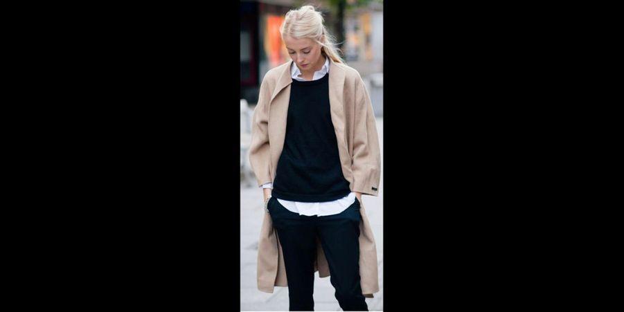 Un look sage et classe avec une chemise blanche sous un pull sobre. Pour un style encore plus preppy, le col claudine est parfait. (voir l'épingle)Suivez nous sur Pinterest!