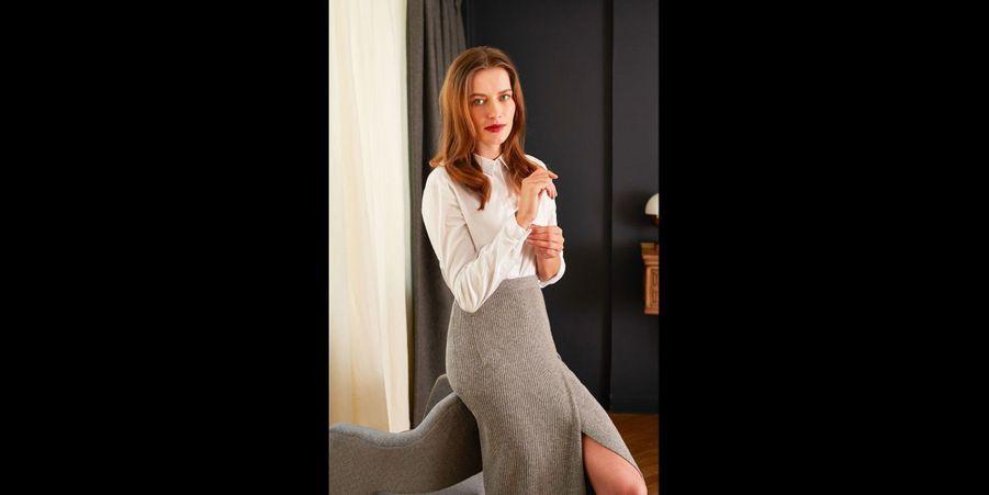 Rien de plus séduisant qu'une jupe fendue taille haute. Cependant, on rééquilibre la tenue en l'associant avec une chemise blanche plus sage. (voir l'épingle)Suivez nous sur Pinterest!