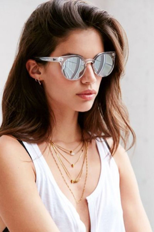 Cette paire de lunettes de soleil sera parfaite pour une tenue déjà très accessoirisée avec sa monture et ses verres blancs. (voir l'épingle)Suivez nous sur Pinterest!