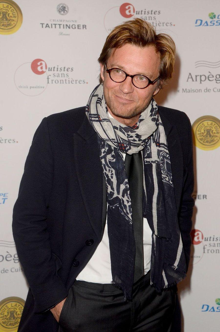 Il est deuxième au classement des présentateurs préférés des français derrière Jean-Pierre Pernaut.