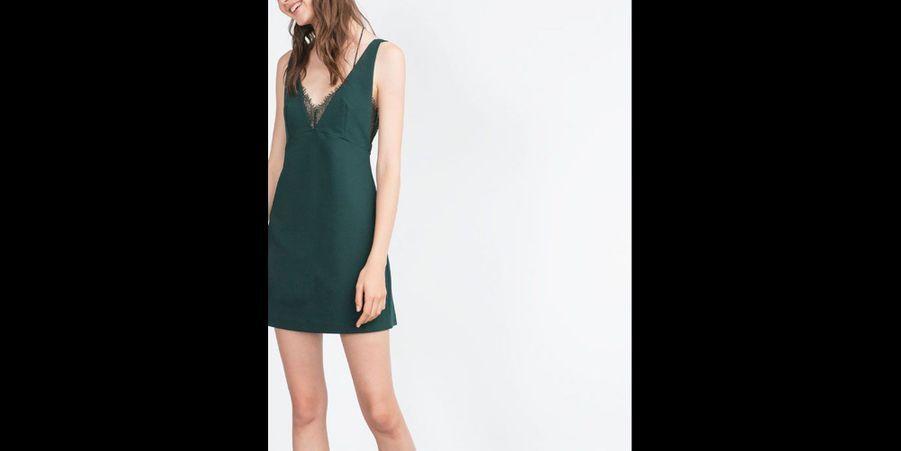 Une petite robe «esprit nuisette» très affriolante avec sa dentelle et son dos nu. (voir l'épingle)Suivez nous sur Pinterest!