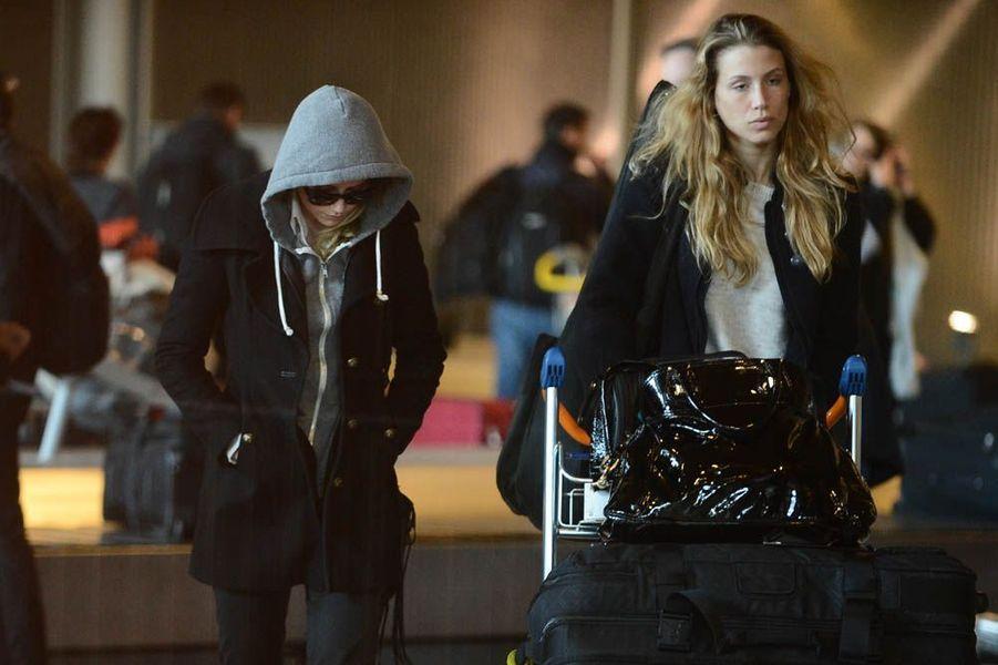 A Roissy, le 16 janvier 2013, avec sa grande copine, l'actrice Amber Heard.