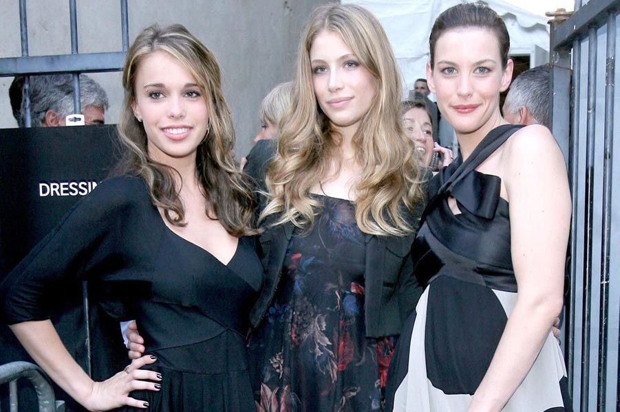 Marie de Villepin entre Chelsea et Liv Tyler au couvent des Cordeliers pour le défilé Givenchy en 2008.