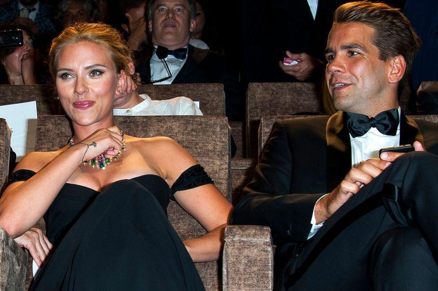A Venise, l'actrice américaine arborait une très jolie bague à l'annulaire gauche. En couple depuis moins d'un an, ils vont donc passer devant Monsieur le Maire.