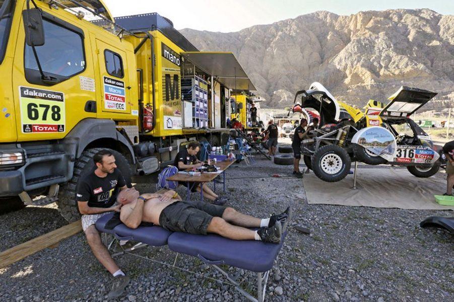 Bivouac de San Juan, Pascal Thomasse se fait masser.