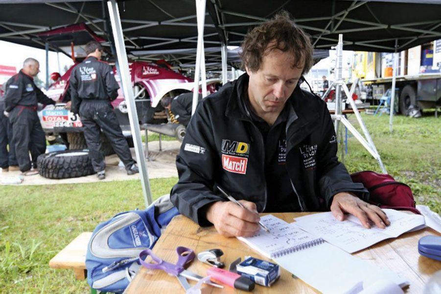 Pascal Larroque, copilote de Pascal Thomasse, prépare l'étape du lendemain, au bivouac de Salta.