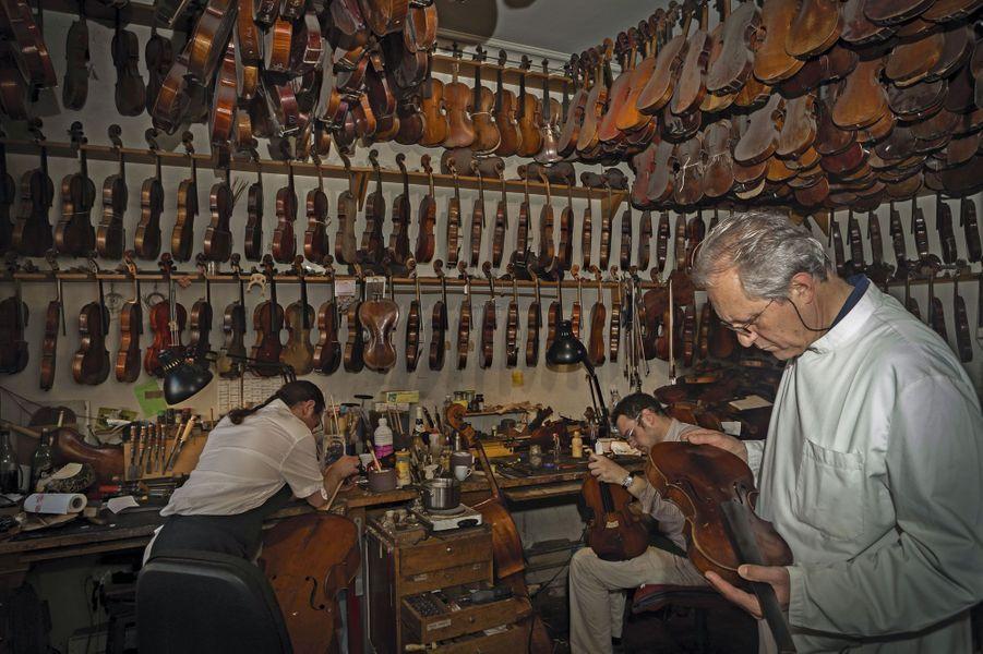 Au plafond de son atelier, rue de Rome, à Paris, des instruments en attente de résurrection. En 1976, Bernard Sabatier s'installe. « Quand un violoniste me parle, j'écoute sa voix plus que ses mots pour savoir ce que je vais lui mettre dans les mains. »