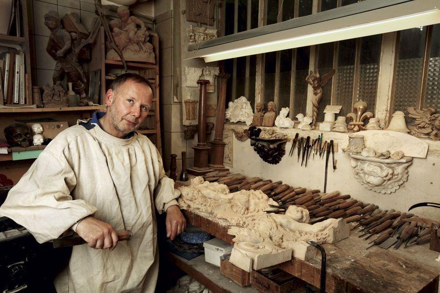 Diplômé des Beaux-Arts, il a ouvert son atelier du Faubourg Saint-Antoine en 1992. A côté d'un travail de restauration, dans le cadre de projets agréés par les Monuments historiques, il s'investit dans la décoration contemporaine.