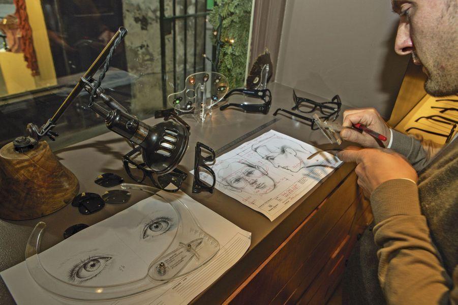 Quatre générations et une spécialité : le sur-mesure. Steven (sur la photo) et son frère Frank ont mâtiné l'art familial d'un zeste de modernité : l'acétate côtoie désormais l'écaille de tortue, et le logiciel concurrence, sans le détrôner, le dessin manuel. Leur bibliothèque compte 400modèles, uniques, ils sont une dizaine à les créer.