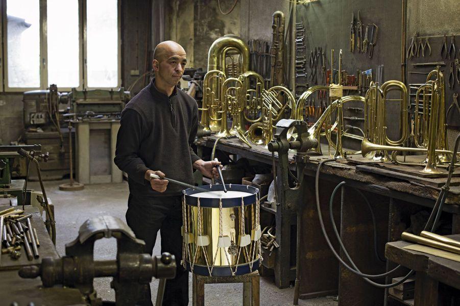 En 2001, ce tromboniste japonais passe le seuil de l'atelier de Philippe Rault, à Maisons-Laffitte, et a une révélation. Philippe Rault, qui avait été formé par son père, transmet alors au musicien son savoir-faire. En 2012, l'élève succède au maître.