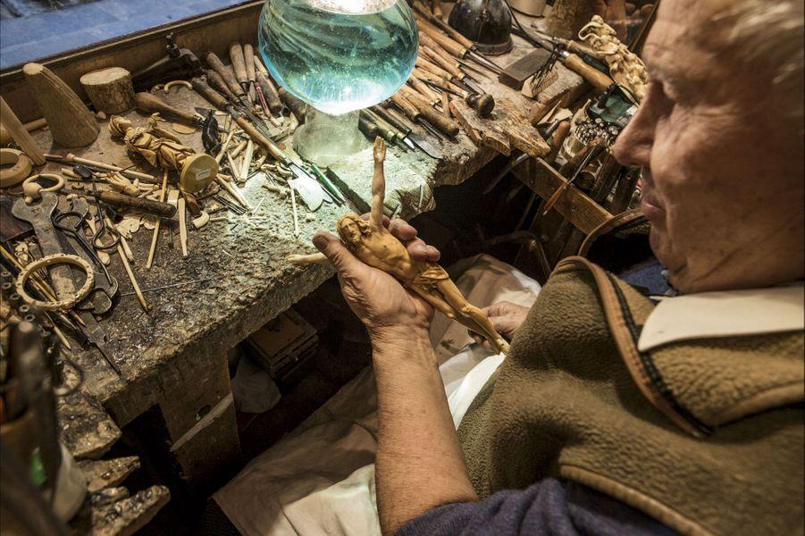 Pierre Heckmann est né dans cet atelier. Il y sculpte encore des christs. A 87 ans, il est le dernier de la lignée.