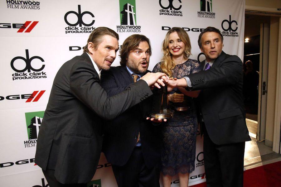 Ethan Hawke, Julie Delpy et Richard Linklater posent après avoir reçu le prix du meilleur scénario.