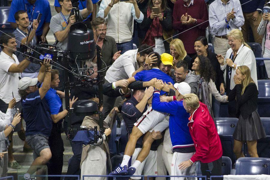 Vainqueur de l'U.S. Open,Novak Djokovic est félicité en tribune par ses proches après sa victoire contre Roger Federer.