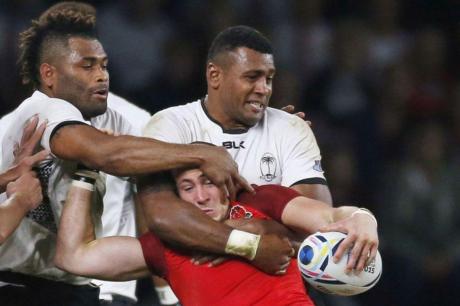 Coulisses, à-côtés, images surprenantes, Paris Match vous propose de découvrir le meilleur de l'actualité sportive de la semaine du 14 au 20 septembre 2015.Ici, l'Anglais Mike Brown maîtrisé par ses adversaires lors du matchentre l'Angleterre et les Fidji en ouverture du Mondial de rugby.