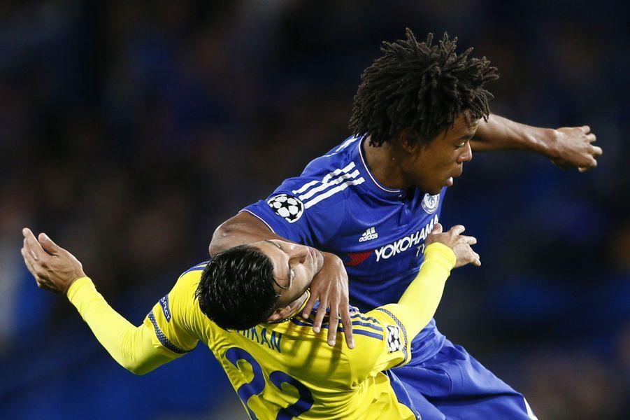 Accrochage entreLoic Remy (en bleu) etAvi Rikan lors de Chelsea-Tel Aviv.