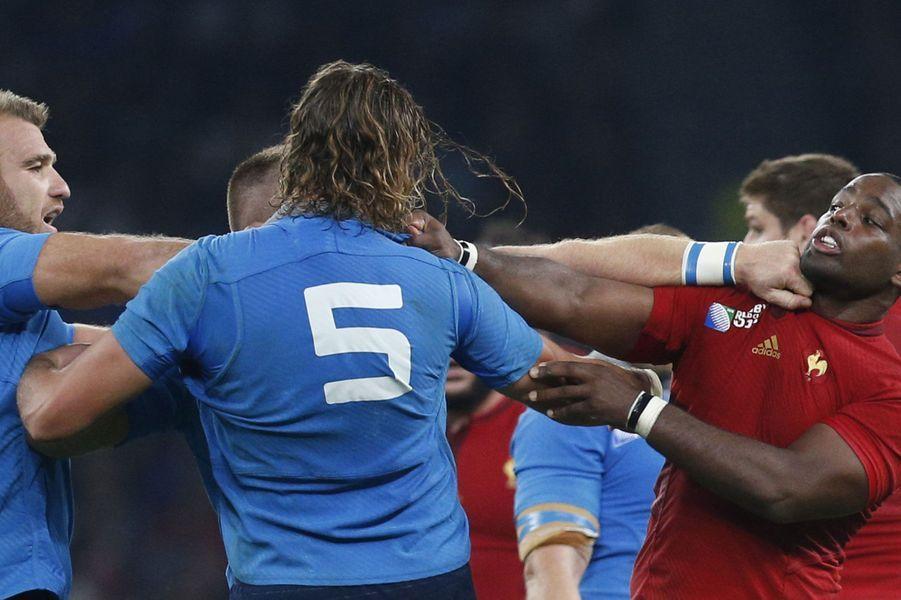 Affrontement àTwickenham entre le FrançaisEddy Ben Arous (en rouge) et l'italienLorenzo Cittadini lors de leur premier match du Mondial 2015.