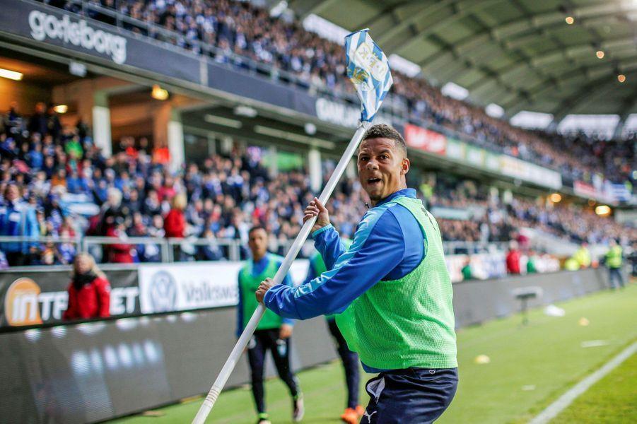 Rencontre sous tension entre Goteborg et Malmo FF.Le joueur de Malmo, Tobias Sana, a été touché par un pétard lancé depuis les tribunes.