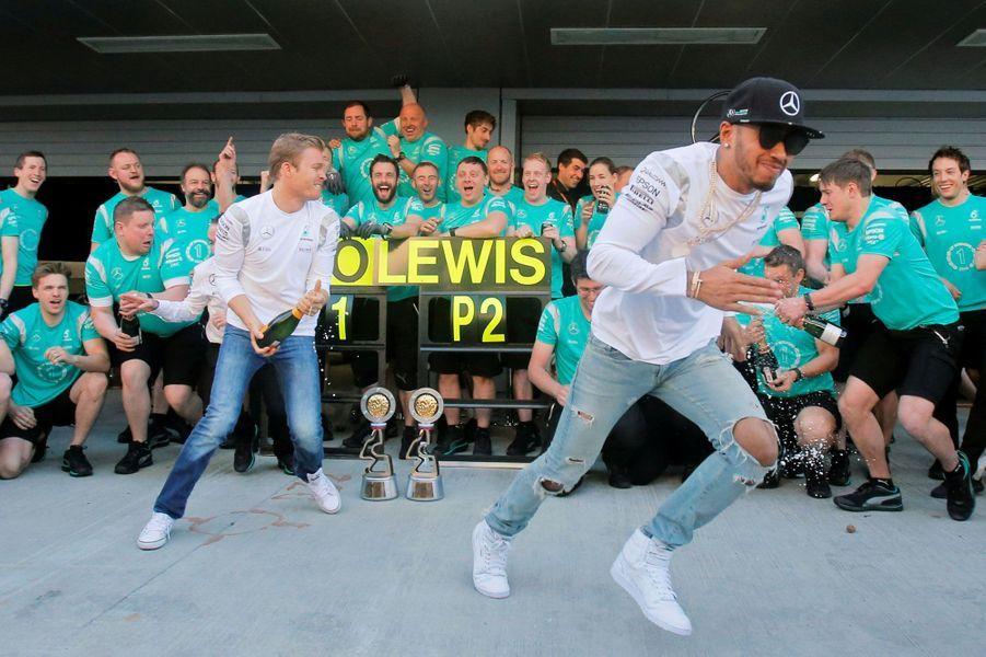 A Sotchi, Nico Rosberg et Lewis Hamilton fêtent leurs première et deuxième place au Grand Prix de Russie.