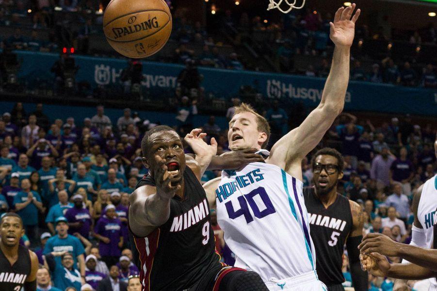 Luol Deng (9 - Heat de Miami) bataille face à Cody Zeller (40 - Hornets de Charlotte) lors des playoffs NBA.