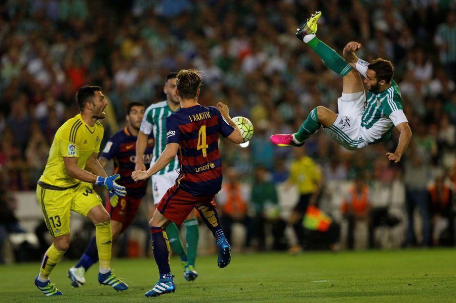 German Pezzella (Real Betis) essaye de marquer face à Barcelone.