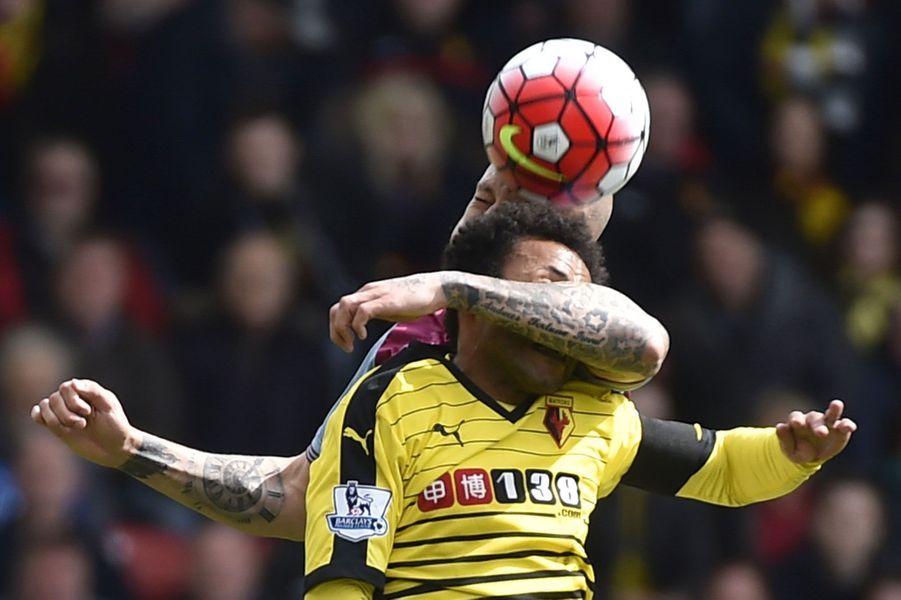 Duel entre Alan Hutton (Aston Villa)et Ikechi Anya (Watford)