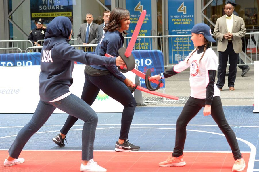 Lors des festivités pour marquer les 100 jours avant les JO de Rio, Michelle Obama et l'escrimeuseIbithaj Muhammadin font le show à Times Square.